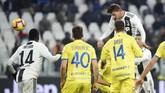 Tandukan Daniele Rugani pada menit ke-84 mengubah angka di papan skor 3-0 untuk Juventus. (REUTERS/Massimo Pinca)