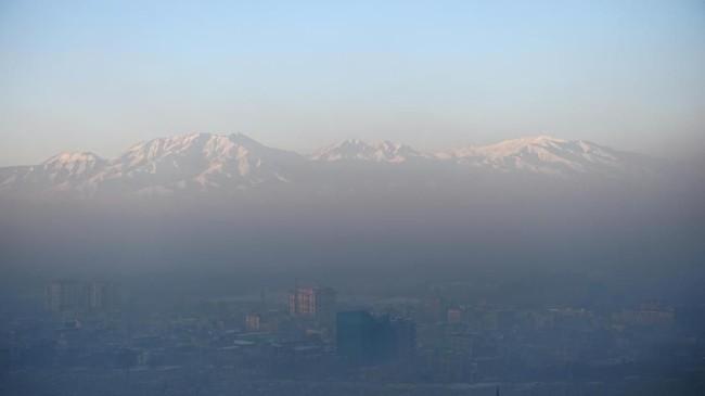 Musim dingin justru membuat tingkat polusi di Kota Kabul meningkat tajam. (Photo by WAKIL KOHSAR / AFP)