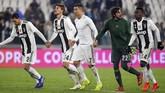 Hingga wasit Marco Piccinini meniup peluit akhir skor 3-0 untuk Juventus tetap bertahan. La Vechia Signora mengantongi 56 poin, unggul sembilan poin atas Napoli yang berada di peringkat kedua. (REUTERS/Massimo Pinca)