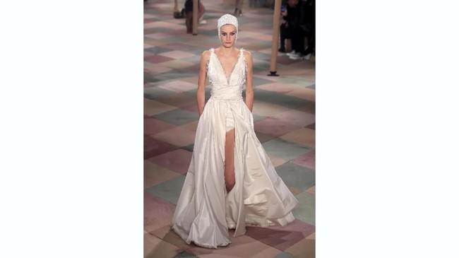 Sang desainer, Maria Grazia Chiuri mengangkat tema Surealisme untuk koleksi Christian Dior haute couture di bulan Juli. (REUTERS/Gonzalo Fuentes)