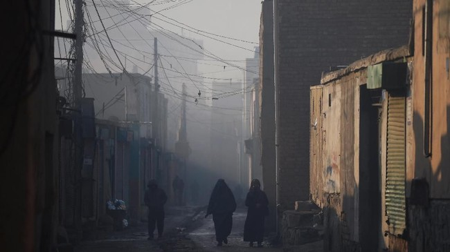 Kota Kabul diselimuti asap sisa hasil pembakaran batu bara, kayu dan beragam bahan-bahan lain untuk menghangatkan rumah saat musim dingin. (Photo by WAKIL KOHSAR / AFP)