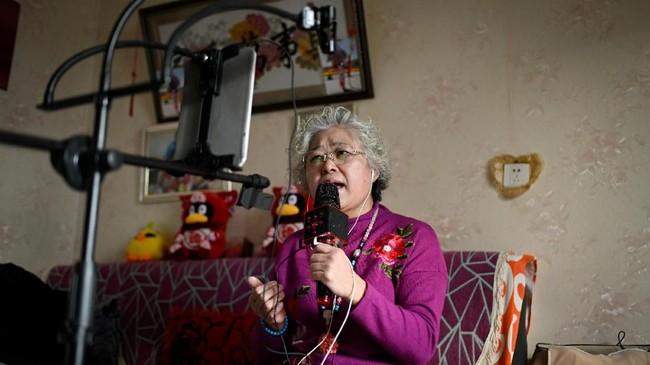 Kini, Jinxiang menghabiskan setidaknya dua jam hampir setiap hari dalam seminggu untuk bernyanyi, dan terkadang juga peragaan busana. (Photo by WANG ZHAO/AFP)