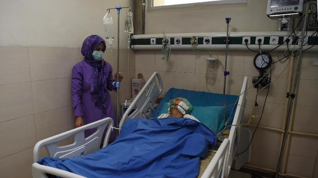 Tingkat polusi yang mengkhawatirkan membuat banyak penduduk Kabul mengidap infeksi saluran pernapasan akut. (Photo by WAKIL KOHSAR / AFP)
