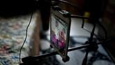 Jinxiang pun telah memiliki banyak sekali penggemar, yang tak segan memberinya berbagai hadiah virtual, sebuah hal yang memang bisa dilakukan di aplikasi khusus buatan China. (Photo by WANG ZHAO/AFP)