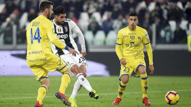 Emre Can melepaskan tembakan yang berujung gol kedua Juventus pada pengujung laga babak pertama. Ini adalah gol pertama Can bersama Juventus. (REUTERS/Massimo Pinca)