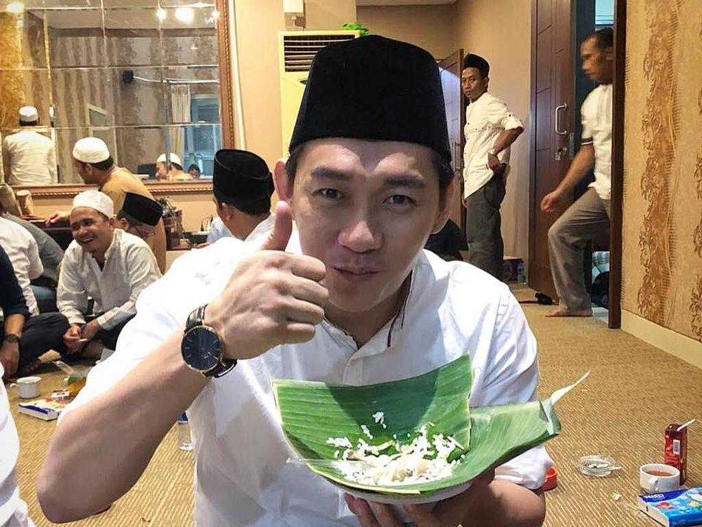 Keseruan Ifan Seventeen Ngopi di Pontianak hingga Makan Pakai Alas Daun