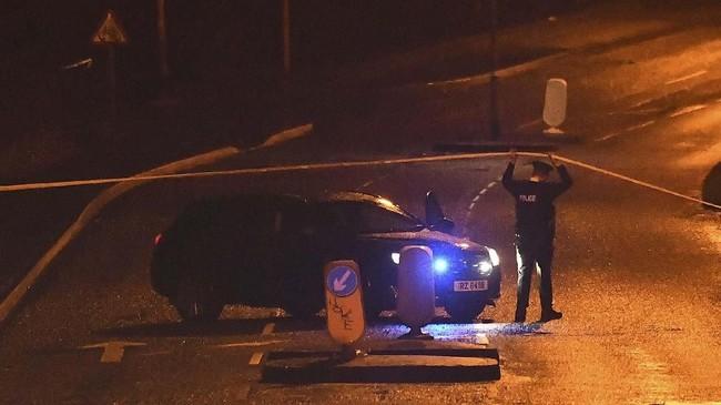 Aparat menyatakan para pelaku diduga berasal dari kelompok radikal Tentara Republik Irlandia-Baru (New IRA) atau Real IRA (RIRA). (REUTERS/Clodagh Kilcoyne)
