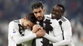 Gol Can mendapat sambutan dari Blaise Matuidi dan Mattia De Sciglio. Dua gol pada babak pertama membuat Juventus mendekat pada kemenangan. (REUTERS/Massimo Pinca)