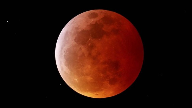 Warna merah pada Bulan terjadi ketika Bulan masuk ke bayangan bumi dan sinar matahari yang menembus ke Bulan mesti melewati atmosfer Bumi yang berpolusi dan penuh debu (REUTERS/Mike Blake)