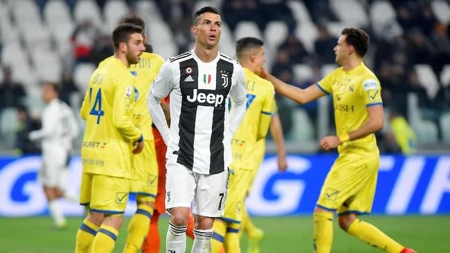 Bola yang dilepaskan Ronaldo dari titik 12 pas ditepis Stefano Sorentino sehingga skor 2-0 masih bertahan. (REUTERS/Massimo Pinca)