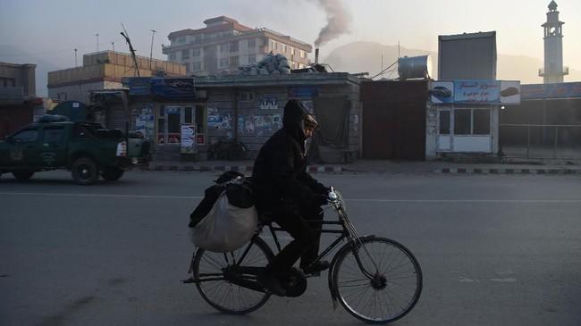 Kota Kabul, Afghanistan tidak cuma dikenal dengan serangan bom, tetapi juga tingkat polusinya yang mengkhawatirkan. (Photo by WAKIL KOHSAR / AFP)