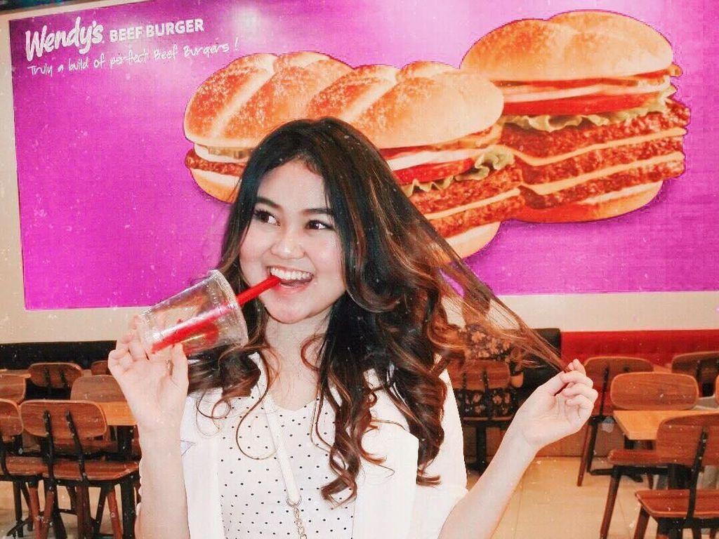 Gaya YouTuber Hits, Indrayani Rusady Saat Makan Dimsum dan Donat