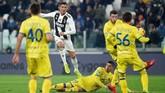 Ronaldo berupaya keras mencetak gol untuk mencetak gol. Dalam pertandingan menghadapi Chievo, Ronaldo melepas 11 tembakan. (REUTERS/Massimo Pinca)