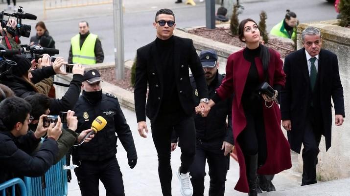 Seorang model cantik bernama Kathryn Mayorga mengaku diperkosa bintang sepak bola Juventus, Cristiano Ronaldo.