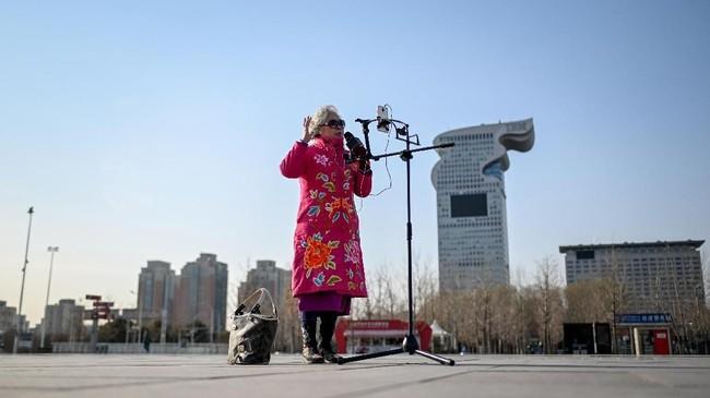 Bermodalkan ponsel dan kepercayaan diri, Jinxiang bertanya kepada 23 ribu penonton setia yang menyaksikannya lewat streaming,