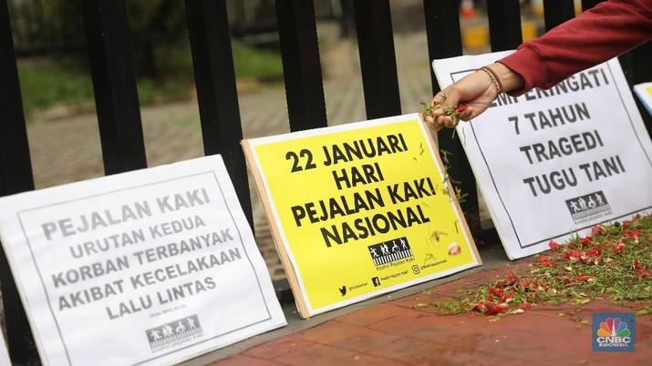 Koalisi Pejalan Kaki melakukan aksi tabur bunga mengenang para pejalan yang gugur akibat kecelakaan fatal di Kawasan Tugu Tani