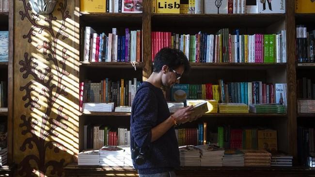 Hanya berjarak lima menit jalan kaki dari pusat kota Porto, kota kedua terbesar di Portugal, ada sebuah toko buku yang sangat indah dan mengesankan.(Photo by MIGUEL RIOPA / AFP)