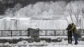 Temperatur yang sangat dingin itu, menyebabkan beberapa bagian Air Terjun Niagara mengalami penumpukan es. (REUTERS/Moe Doiron)