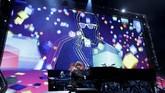Berkostum formal dengan kacamata warna cerah yang jadi ciri khas, John membuka konser dengan semangat Benny and the Jets. (REUTERS/Mario Anzuoni)