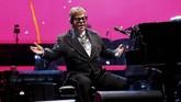 Confetti berwarna-warni bagai jatuh dari langit dengan latar belakang warna merah muda magenta, merayakan akhir konser dan perjalanan karier seorang Sir Elton John. (REUTERS/Mario Anzuoni)