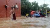 Tim relawan mengevakuasi warga yang terjebak banjir di Perumahan Bung Permai, Makassar, Sulawesi Selatan, Rabu (23/1/2019). Ketinggian banjir di kawasan tersebut mencapai satu meter akibat meluapnya Sungai Tello. ANTARA FOTO/Sahrul Manda Tikupadang/foc.