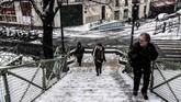 Kanal Saint-Martin mulai membeku seiring turunnya salju di Paris, Prancis. (Photo by Christophe ARCHAMBAULT / AFP)