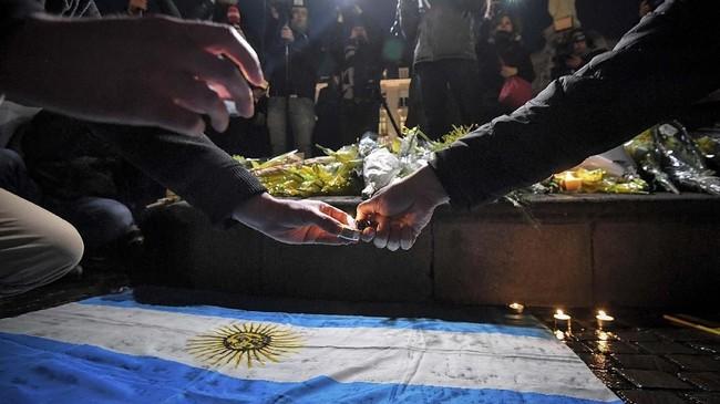 Di antara ratusan bunga tulip dan beberapa lilin yang menyala di salah satu sudut kota Nantes, bendera Argentina tampak terbentang menjadi lambang keberadaan Sala yang berasal dari negara Amerika Selatan tersebut. (Photo by LOIC VENANCE / AFP)