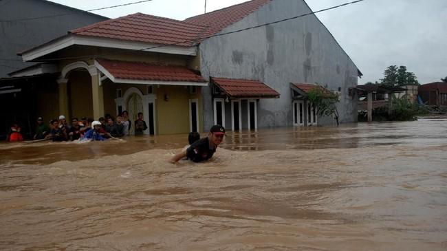 Namun tak ada korban jiwa tercatat di Makssar. Air datang tiba-tiba karena pintu air bendungan Bili-bili dibuka. (ANTARA FOTO/Abriawan Abhe/foc)