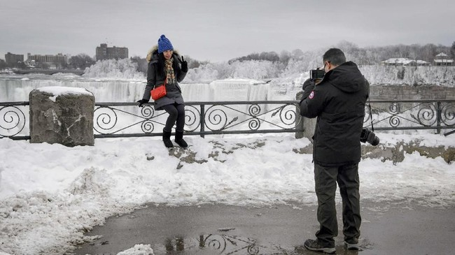 Namun hal ini juga menyebabkan banyak orang berkunjung ke Air Terjun Niagara untuk mengabadikan momen langka itu. (REUTERS/Moe Doiron)