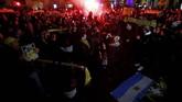 Ratusan fan Nantes berkumpul untuk berdoa demi keselamatan Sala, pemain yang sudah membela klub berjuluk Les Canaris sejak 2015. (REUTERS/Stephane Mahe)