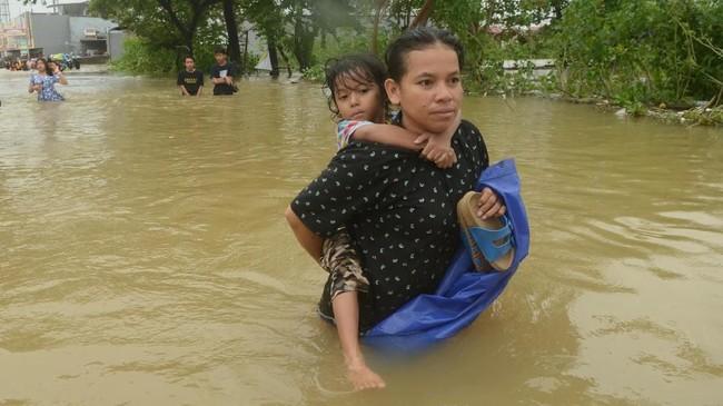 Air yang datang tiba-tiba membuat warga Makassar tak sempat menyelamatkan harta benda mereka. Kondisi paling parah terjadi di Perumahan Antang Makassar di mana yang terlihat hanya atap rumah warga. (ANTARA FOTO/Sahrul Manda Tikupadang/aww)