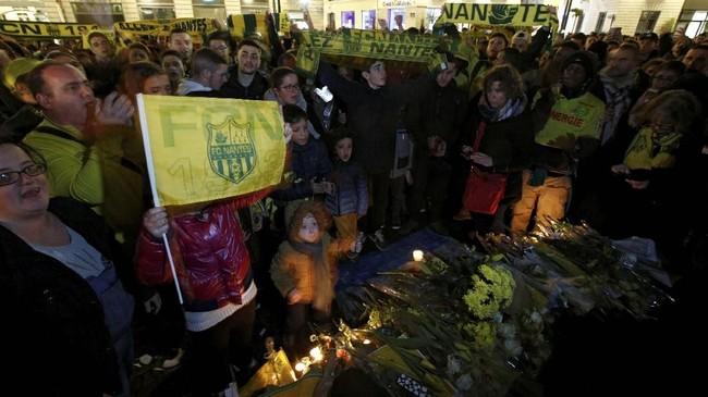 Kabar tak mengenakkan hadir bagi suporter Nantes setelah Sala dipastikan berada dalam pesawat yang hilang kontak dalam penerbangan dari Perancis ke Inggris. Sala menumpangi pesawat jenis Piper Malibu lantaran akan membela Cardiff City. (REUTERS/Stephane Mahe)