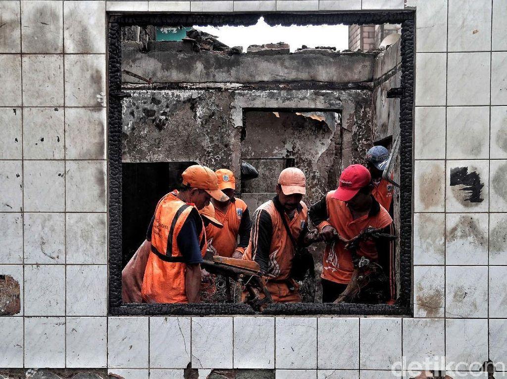 Petugas PPSU Bantu Bersihkan Puing Sisa Kebakaran Tomang