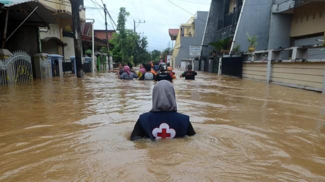 Sejumlah kecamatan di Kabupaten Gowa dilaporkan sempat terisolasi karena jalan putus akibat banjir. Saat ini tim gabungan sudah bisa menembus wilayah tersebut.(ANTARA FOTO/Sahrul Manda Tikupadang/foc)