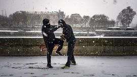 FOTO: Paris Diguyur Salju