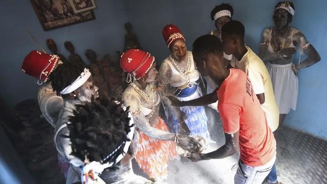 Tak cuma itu, tak ada raja atau kepala suku setempat yang bisa dinobatkan tanpa adanya campur tangan para pendeta adatini. (SIA KAMBOU / AFP)