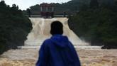 Cuaca ekstrem melanda sejumalh wilayah di Sulawesi Selatan. Curah hujan tinggi mengakibatkan banjir dan sungai meluap hingga mengenangi rumah-rumah warga. (ANTARA FOTO/Yusran Uccang/wsj)