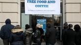 Sejumlah PNS AS rela mengantre di dapur umum untuk mendapat makanan gratis karena simpanan uang yang semakin menipis. (REUTERS/Jonathan Ernst)