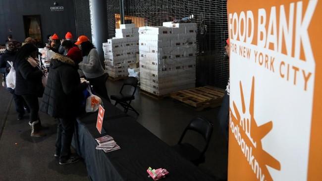 Sebagian dari PNS AS rela menempuh perjalanan jauh untuk mendapatkan makanan gratis. (REUTERS/Brendan McDermid)