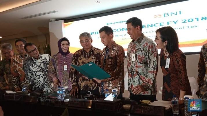 Meski sudah memiliki perusahaan asuransi dan bank syariah, PT Bank Negara Indonesia (Persero) Tbk (BBNI) masih membuka peluang mengakuisisi bank dan asuransi.