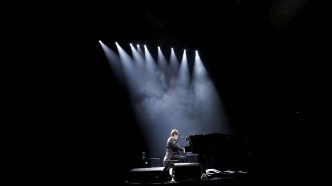 Setelah 50 tahun berpindah panggung dan menjalani banyak sekali tur, musisi Sir Elton John memutuskan kini masanya ia beristirahat. (REUTERS/Mario Anzuoni)