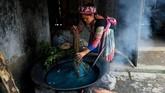 Dia diperkenalkan dengan koperasi ini melalui seorang ibu di kawasannya. di mana dia telah mendapatkan reputasi sebagai penyulam yang terampil. (Nhac NGUYEN / AFP)