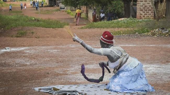 Di kota Aniansue, Pantai Gading, para wanita ini dilatih untuk menjadi komian bersertifikat ataupendeta adat bersertifikat. (SIA KAMBOU / AFP)