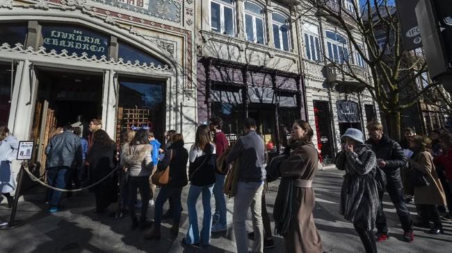 Tentu saja, salah satu bagian terindah adalah tangga menuju lantai dua toko buku yang dibentuk sedemikian rupa menyerupai kastil yang megah. Di mana ada begitu banyak buku disediakan dan interior menakjubkan. (Photo by MIGUEL RIOPA / AFP)