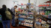 Para PNS AS terpaksa meminta bahan makanan di dapur umum untuk menghemat pengeluaran. (REUTERS/Brian Snyder)