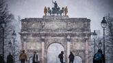 Pemandangan Taman Tuileries yang diselimuti salju. (Photo by Lionel BONAVENTURE / AFP)