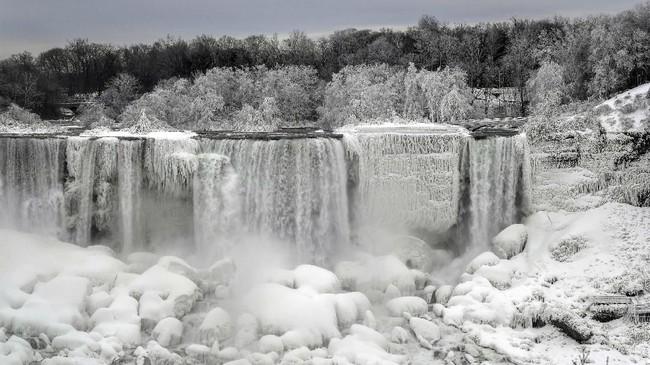 Sungai utama yang membeku di Niagara memberi kesan bahwa air terjun terpopuler di dunia ini beku total. (REUTERS/Moe Doiron)