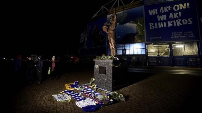 Patung Fred Keenor menjadi salah satu tempat yang dipenuhi barang-barang simbolis tanda berdoa dan bersimpati kepada Sala. (REUTERS/Rebecca Naden)