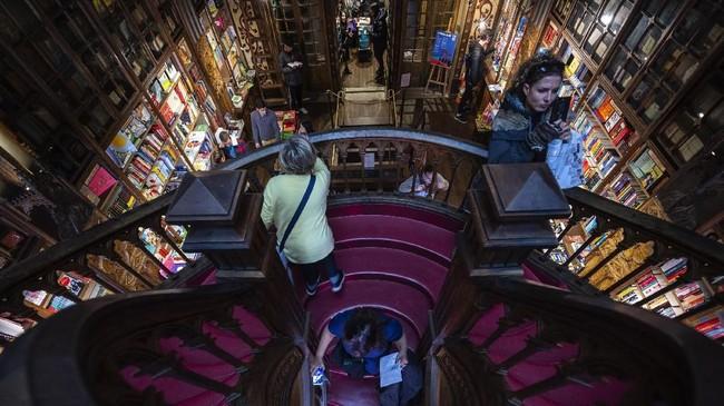 Faktanya, toko buku ini masuk dalam daftar teratas toko buku paling populer di dunia. Pada tahun 2010, Lonely Planet menyepakati Livraria Lello sebagai Third Best Bookstore in the World.(Photo by MIGUEL RIOPA / AFP)