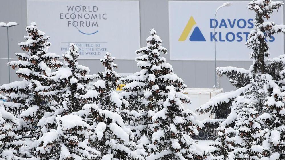 Logo World Economic Forum (WEF) terlihat di Davos, Swiss. World Economic Forum adalah kelompok perkumpulan para pemimpin dunia yang bertujuan memperbaiki keadaan ekonomi dunia. (REUTERS/Arnd Wiegmann)